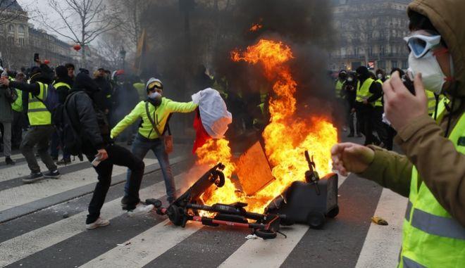 «Κίτρινα γιλέκα» στη Γαλλία