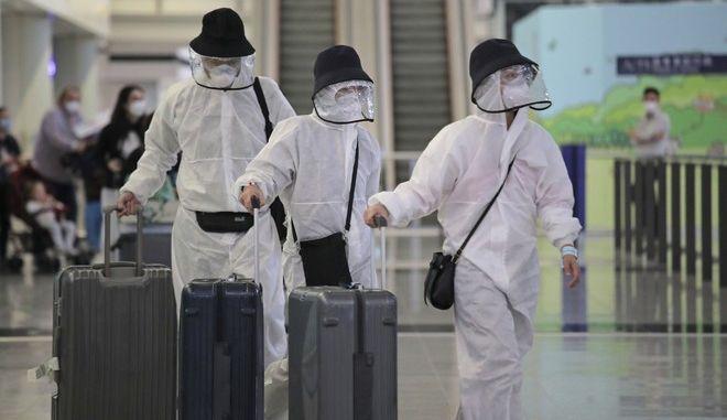 Ταξιδιώτες φτάνουν στο Χονγκ Κονγκ