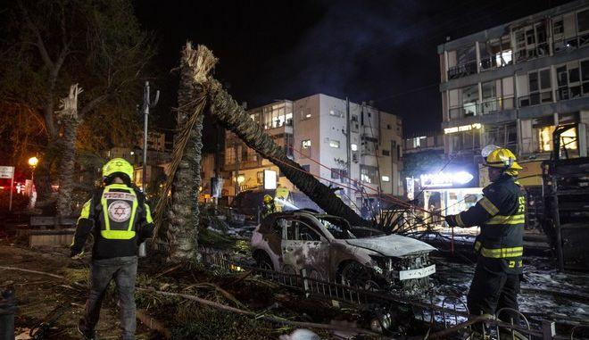 Πυροσβέστες στο Τελ Αβιβ μετά την επίθεση με ρουκέτες από την Χαμάς