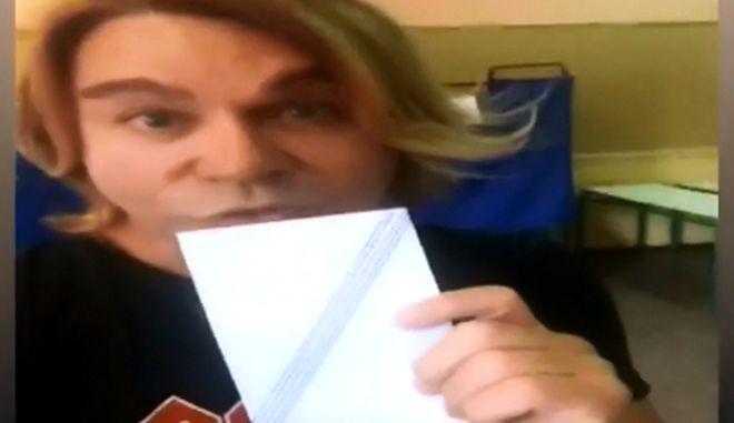 """Βίντεο: Ο """"σύντροφος"""" Τρύφωνας Σαμαράς έριξε την amazing - fantastic ψήφο του"""