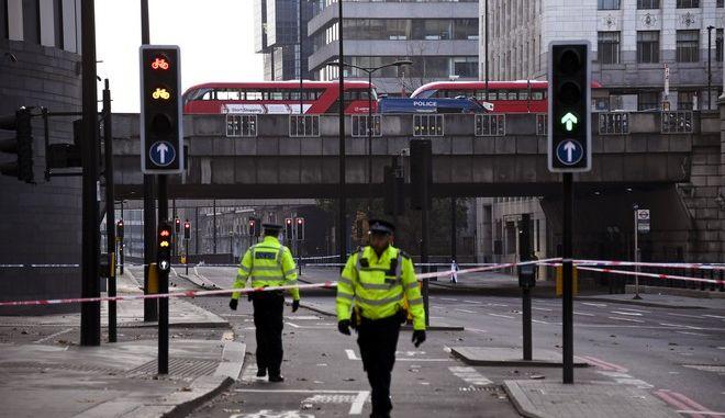 Αστυνομικές δυνάμεις στη Γέφυρα του Λονδίνου όπου σημειώθηκε η επίθεση από ένοπλο