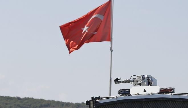 Η τουρκική σημαία σε όχημα της τουρκικής αστυνομίας