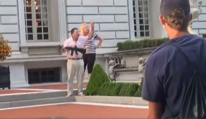 ΗΠΑ: Στο εδώλιο το ζευγάρι μεσήλικων που είχε απειλήσει διαδηλωτές με όπλα
