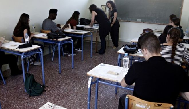 Start of the Panhellenic examinations in the 39th High School of Athens, Greece on May 16, 2016. /     39  , 16  2016.