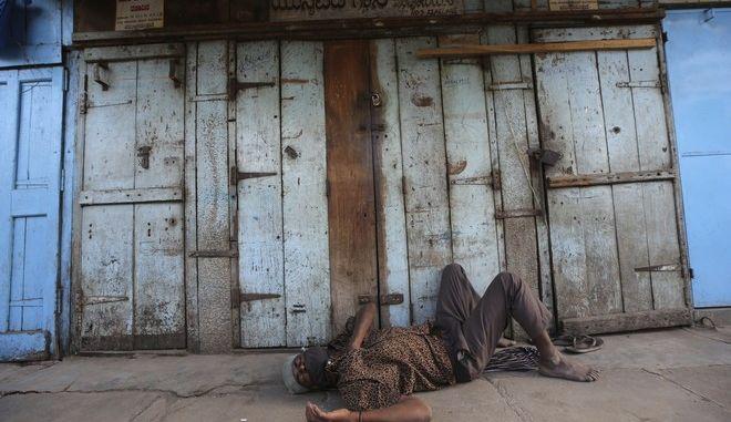 Άστεγος στην Μπανγκαλόρ της Ινδίας σε καιρό κορονοϊού