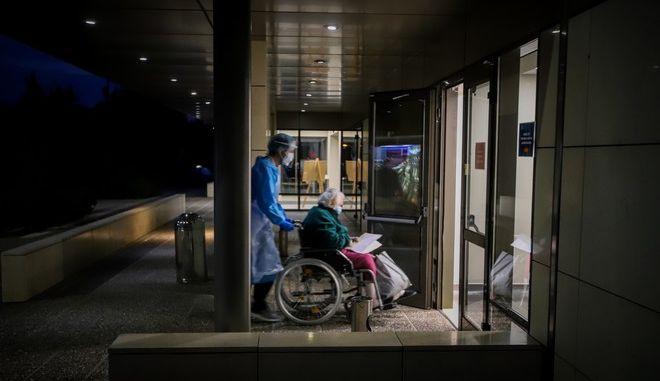 Μεταφορά ασθενούς με Covid-19 σε ιδιωτική κλινική στην Θεσσαλονίκη