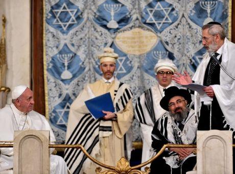 Αποτέλεσμα εικόνας για Την συναγωγή της Ρώμης, δίπλα στις όχθες του Τίβερη, επισκέφτηκε την Κυριακή (17/01), υπό δρακόντεια μέτρα ασφαλείας, ο πάπας Φραγκίσκος.