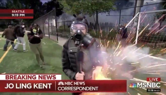 Βίντεο: Αστυνομικοί ρίχνουν δακρυγόνο σε δημοσιογράφο που καλύπτει τις διαμαρτυρίες στο Σιατλ