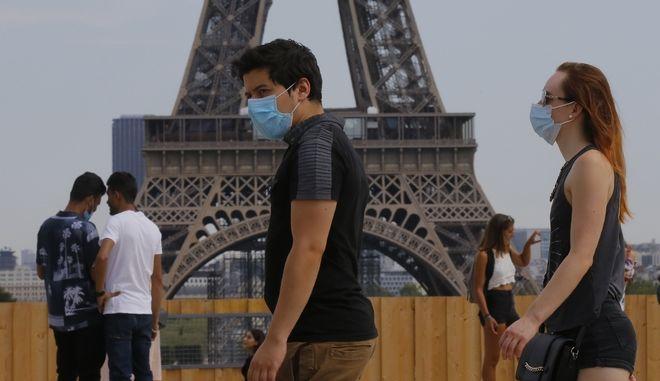 Κάτοικοι στο Παρίσι φορούν μάσκα
