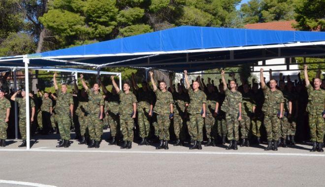 ΝΑΥΠΛΙΟ- Τελετή ορκωμοσίας των νεοσυλλέκτων οπλιτών της Ε'  ΕΣΣΟ 2017, την Παρασκευή 13 Οκτωβρίου 2017 στο ΚΕΜΧ Ναυπλίου. Η σημερινή ήταν μια ξεχωριστή μέρα για τους νεοσύλλεκτους οι οποίοι έδωσαν τον όρκο του Έλληνα στρατιώτη και έτσι τώρα καλούνται να συνεχίσουν την υψηλή αποστολή των Ενόπλων Δυνάμεων ανταποκρινόμενοι στις προσδοκίες και στην εμπιστοσύνη του ελληνικού λαού. Πάρα πολλοί ήταν οι συγγενείς και φίλοι των νεοσυλλέκτων από πολλές περιοχές της Ελλάδας για να παρακολουθήσουν από κοντά την τελετή ορκωμοσίας στο Ναύπλιο. Στην ορκωμοσία παρέστησαν οι Βουλευτές Γιάννης Γκιόλας και Γιάννης Ανδριανός,ο Αντιπεριφερειάρχης Αργολίδας Αναστάσιος Χειβιδόπουλος ,ο δήμαρχος Ναυπλιέων Δημήτρης Κωστούρος,ο περιφερειακός σύμβουλος Βασίλης Σιδέρης,ο αντιδήμαρχος Άργους-Μυκηνών Χρήστος Πετσέλης,η Κατερίνα Μπόμπου εκπρόσωπος των ΑΝΕΛ Αργολίδας και εκπρόσωποι των Σωμάτων Ασφαλείας.(Eurokinissi)