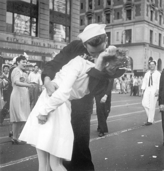 Το διάσημο παθιασμένο φιλί στην Times Square της Νέας Υόρκης