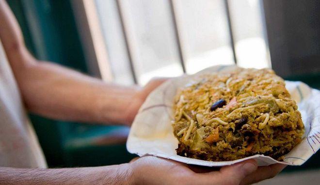 Βίντεο: Εσύ θα μπορούσες να φας το γεύμα-τιμωρία των αμερικανικών φυλακών;