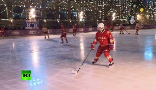 Βίντεο: Όταν ο Πούτιν έπαιξε χόκεϊ επί πάγου στην... Κόκκινη Πλατεία