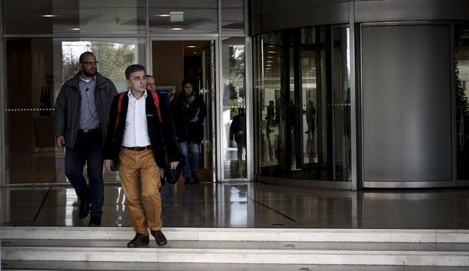 Ο υπουργός Οικονομικών Ευκλείδης Τσακαλώτος αποχωρεί από το ξενοδοχείο μετά το τέλος της συνάντησης του με τους εκπροσώπους των δανειστών την Τρίτη 28 Νοεμβρίου 2017. Οι επαφές με το ελληνικό οικονομικό επιτελείο, συνεχίζονται ώστε να προετοιμάσουν τη συμφωνία η οποία θα τεθεί προς επικύρωση στο Eurogroup της 4ης Δεκεμβρίου. (EUROKINISSI/ΣΤΕΛΙΟΣ ΜΙΣΙΝΑΣ)