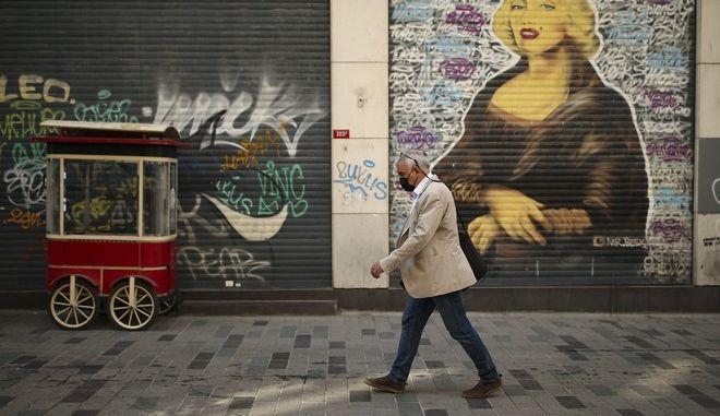 Άνδρας με μάσκα σε δρόμο της Τουρκιας