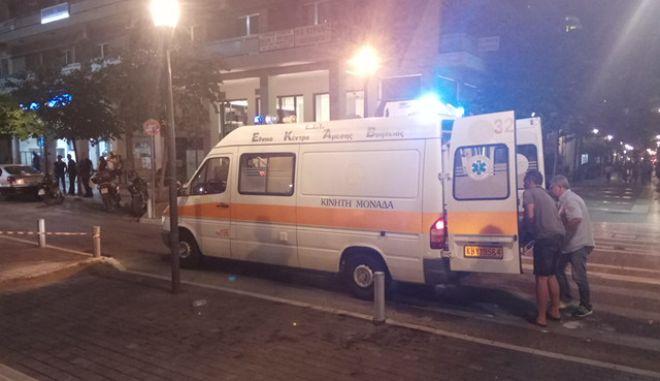 Ασθενοφόρο παραλαμβάνει την 19χρονη που τραυματίστηκε σε πλατεία της πόλης του Αγρινίου