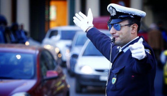 Τροχονόμος ελέγχει την κυκλοφορία στους δρόμους της Αθήνας