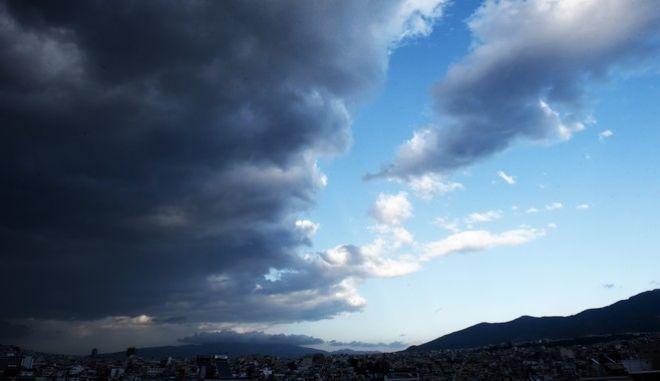 Εντυπωσιακά είναι τα μαύρα σύννεφα της καταιγίδας που πλησιαζουν από τα δυτικά την Αττική,Σάββατο 7 Οκτωβρίου 2017 (ΤΑΤΙΑΝΑ ΜΠΟΛΑΡΗ/EUROKINISSI)