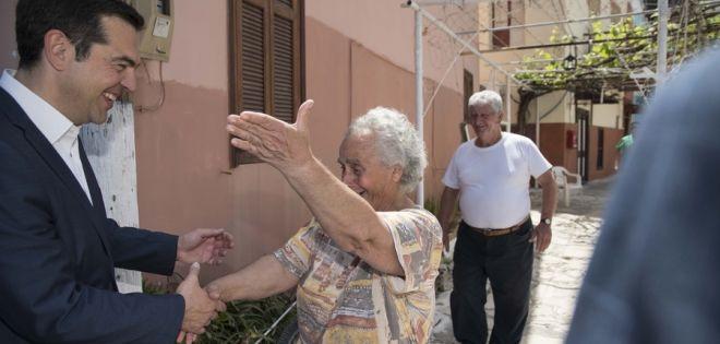 Η ένθερμη υποδοχή ηλικιωμένης στο Καστελόριζο στο πρόσωπο του Αλέξη Τσίπρα