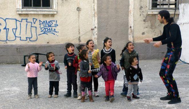 """Μέλη της πασίγνωστης στην ροδιακή κοινωνία ομάδας ζογκλέρ, οι """"Φακαρόλα Τιμ"""" επισκέφθηκαν το μεσημέρι της Κυριακής 13 Μαρτίου 2016, τον Κέντρο Φιλοξενίας Προσφύγων και έδωσαν με το δικό τους μοναδικό τρόπο το αποκριάτικο κλίμα των ημερών στους πρόσφυγες. Έπαιξαν με τα μικρά προσφυγόπουλα, πραγματοποιώντας παράλληλα και τις απίθανες παραστάσεις τους, όπου ξετρέλαναν τους μικρούς αλλά και τους μεγάλους φιλοξενούμενους του καταυλισμού. Αξίζει να σημειωθεί ότι αυτή τη στιγμή στο Κέντρο φιλοξενούνται συνολικά 39 πρόσφυγες, εκ των οποίων τα 19 είναι μικρά παιδιά ηλικίας από 2 έως και 9 ετών. (EUROKINISSI/RODOSPRESS.GR/ΑΡΓΥΡΗΣ ΜΑΝΤΙΚΟΣ)"""