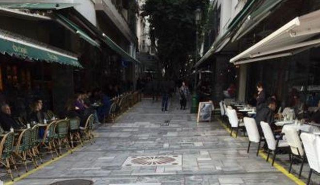 Ο Δήμος Αθηναίων βάζει όριο στα τραπεζοκαθίσματα με μια 'κίτρινη γραμμή'