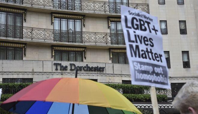 Καρέ από συγκέντρωση διαμαρτυρίας κατά του ισλαμικού νόμου που καταδικάζει σε θάνατο την ομοφυλοφιλία, 6 Απριλίου στο Λονδίνο