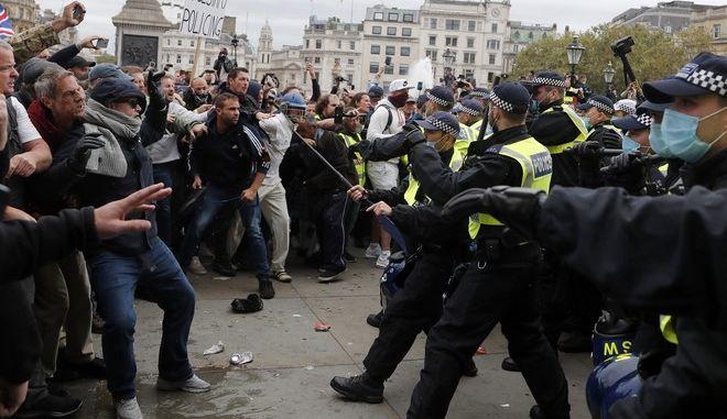 Σφοδρές συγκρούσεις της αστυνομίας και διαδηλωτών στη συγκέντρωση κατά των νέων μέτρων για τον κορονοϊό στη Βρετανία