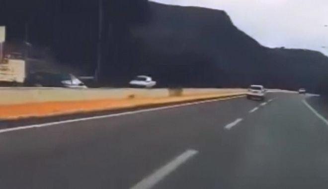 Κίνδυνος θάνατος: Πήγαινε επί χιλιόμετρα ανάποδα στην εθνική οδό