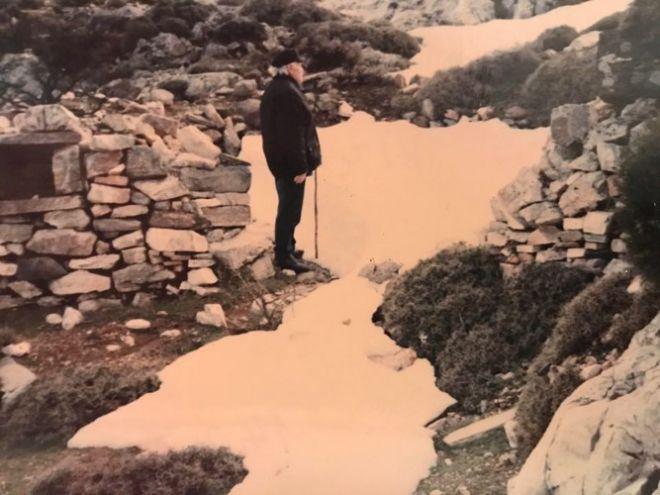 O Νώλης τσεκάρει την κατάσταση της Πετρόμεντρας μετά από σφοδρή χιονόπτωση το 1989