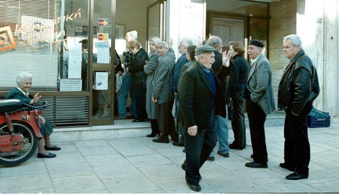 Ουρές από συνταξιούχους του ΙΚΑ σε πολλές τράπεζες καθώς έσπευσαν να πάρουν τις συντάξεις τους.