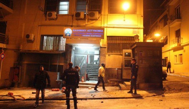 Αστυνομικοί ερευνούν το χώρο έπειτα από την επίθεση με βόμβες μολότοφ στο αστυνομικό τμήμα Εξαρχείων, στην οδό Καλλιδρομίου, που πραγματοποίησαν 20-30 άτομα την Παρασκευή 13 Δεκεμβρίου 2013. (EUROKINISSI/ΤΑΤΙΑΝΑ ΜΠΟΛΑΡΗ)