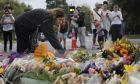 Άνθρωποι τιμούν τη μνήμη των θυμάτων στο σημείο της επίθεσης - Νέα Ζηλανδία