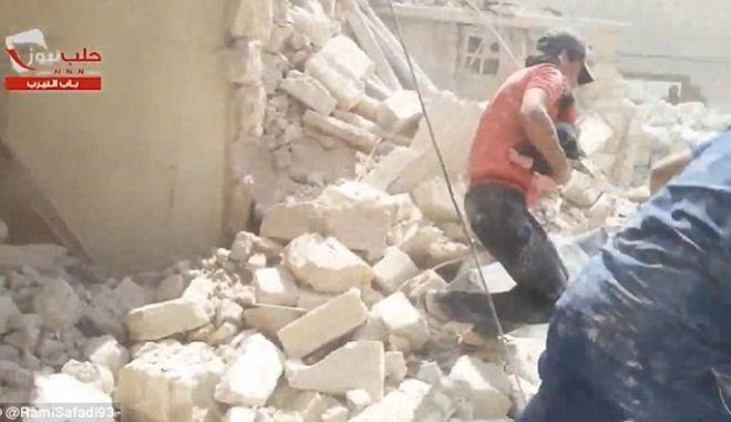 Συγκλονιστικό βίντεο: Η στιγμή της διάσωσης ενός μωρού στο βομβαρδισμένο Χαλέπι