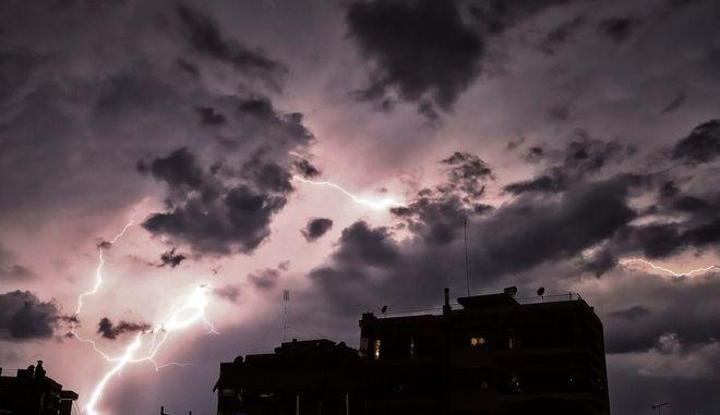 Κεραυνοί φωτίζουν τον ουρανό