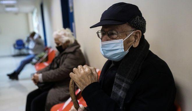 Ηλικιωμένοι περιμένουν να εμβολιαστούν
