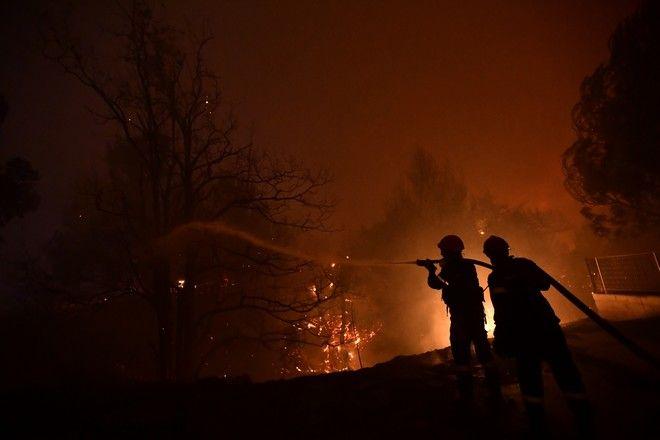 Πυροσβέστες παλεύουν με τις φλόγες στις Αφίδνες