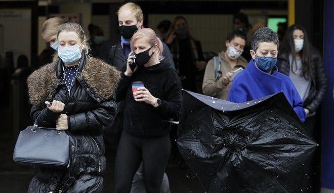Άνθρωποι φορούν μάσκα στο Λονδίνο