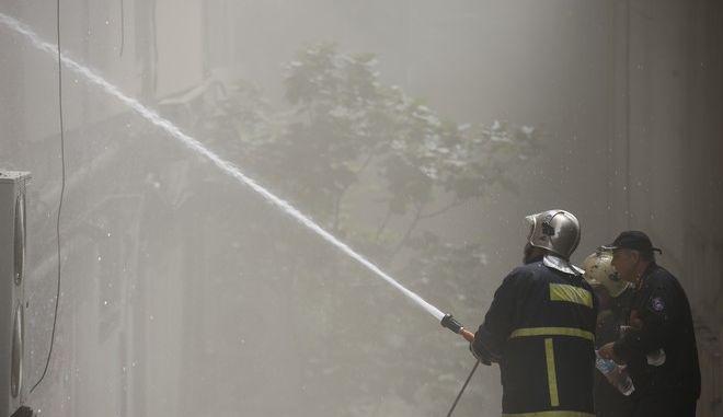 Πυροσβέστες επιχειρούν στην πυρκαγιά σε κτήριο επί της λεωφόρου Συγγρού 101 στην Καλλιθέα, όπου στεγάζεται νυχτερινό κέντρο διασκέδασης την Δευτέρα 21 Αυγούστου 2017. Στο σημείο έσπευσαν άμεσα 7 οχήματα με 20 πυροσβέστες.  (EUROKINISSI/ΣΤΕΛΙΟΣ ΜΙΣΙΝΑΣ)