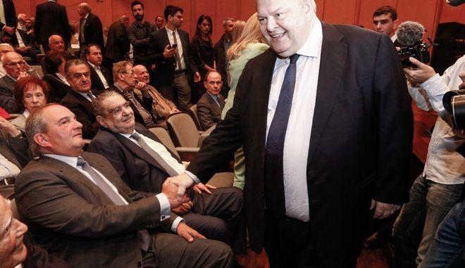 """Ο πρώην πρωθυπουργός Κώστας Καραμανλής και ο πρώην πρόεδρος του ΠΑΣΟΚ Ευάγγελος Βενιζέλος στην παρουσίαση του βιβλίου του Γιάννη Βαρβιτσίωτη με τίτλο """"Όπως τα Έζησα 1981-1993"""", παρουσία του ΠτΔ Προκόπη Παυλόπουλου στο Μέγαρο Μουσικής"""