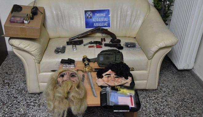"""Θεσπιές: Όπλα, μάσκες ακόμα και σπαθί """"κατάνα"""" στην κατοχή συλληφθέντων από το μακελειό"""