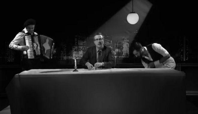 Ο John Oliver προειδοποιεί τους Γάλλους: Η Λεπεν είναι μια μ***η δημαγωγός