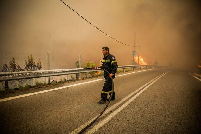Με δραματική ταχύτητα εξαπλώνεται η μεγάλη φωτιά που ξέσπασε στο πευκοδάσος στα Γεράνεια Όρη στη Κινέτα