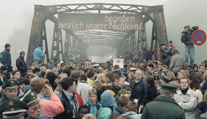Βερολίνο, Νοέμβριος 1989: Στιγμιότυπο από την γέφυρα Μασάντε στην οδό Στουμπενράουχ