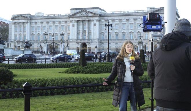 Ρεπόρτερ έξω από το παλάτι του Μπάκιγχαμ