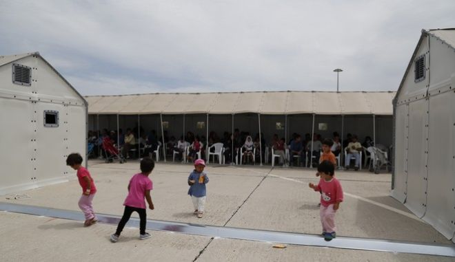 Στιγμιότυπο από την διαδικασία προκαταγραφής προσφύγων και μεταναστών στο Κέντρο Φιλοξενίας του Ελληνικού την Δευτέρα 13 Ιουνίου 2016. Η διαδικασία που ξεκίνησε την περασμένη εβδομάδα από την υπηρεσία Ασύλου σε συνεργασία με την Υπατη Αρμοστεία του ΟΗΕ για τους Πρόσφυγες και την Ευρωπαϊκή Υπηρεσία Ασύλου EASO, έχει ως στόχο την χαρτογράφηση του πληθυσμού των μεταναστών και των προσφύγων που βρίσκονται στην Ελλάδα. (EUROKINISSI/ΣΤΕΛΙΟΣ ΜΙΣΙΝΑΣ)