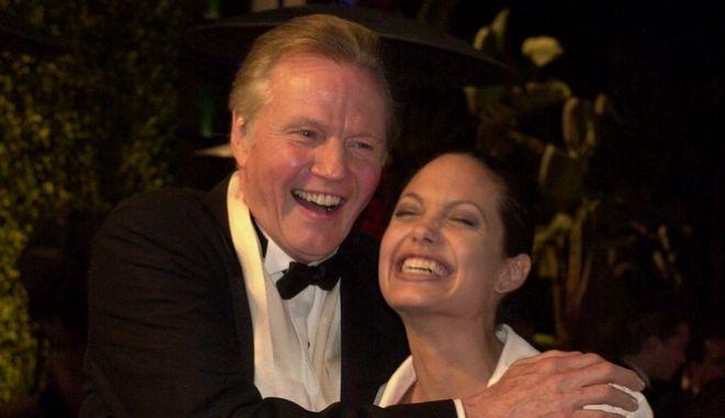 Ο Τζον Βόιτ σε παλαιότερη ευτυχισμένη στιγμή με την κόρη του Αντζελίνα Τζολί