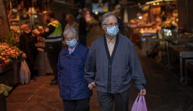Ζευγάρι προχωρά σε αγορά της Βαρκελώνης (AP Photo/Emilio Morenatti)
