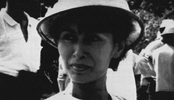 H Ονγκ Σαν Σου Τσι, το 1991, όταν βραβεύτηκε με Νόμπελ Ειρήνης, το οποίο δεν παρέλαβε καθώς ήταν σε κατ' οίκον περιορισμό. Δεκαετίες μετά, χιλιάδες άνθρωποι υπέγραψαν αίτημα να της αφαιρεθεί.