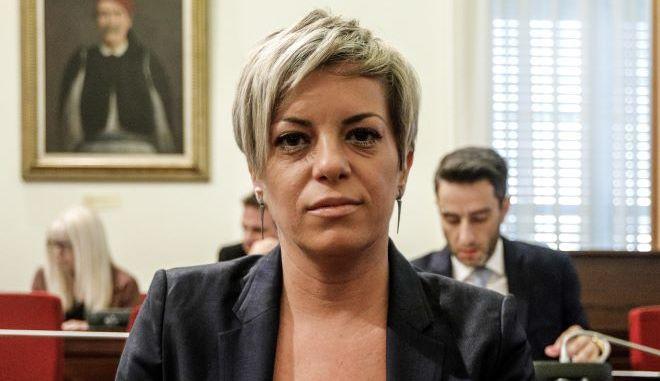 """Ο ΣΥΡΙΖΑ στοχεύει τη Νικολάου: """"Έφαγε και τα πόμολα"""" στις φυλακές"""