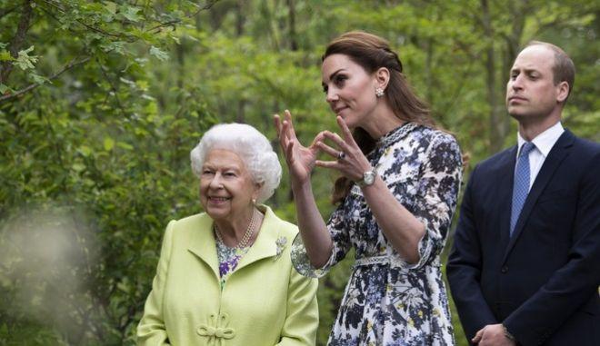 Η Βασίλισσα Ελισάβετ, με την Κέιτ, σε έκθεση λουλουδιών, στις 20/5 του 2019.